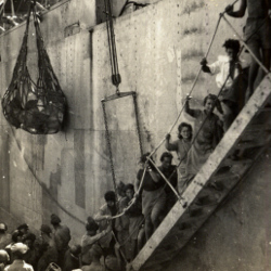 Boarding ship at Aden, c.1940 (D/DLI 7/399/1(31)